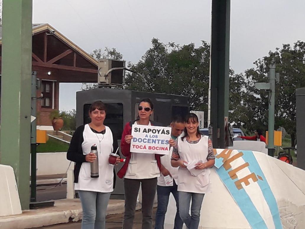 Makallé: al inicio de la tercera semana de protestas, docentes de la localidad se manifiestan en el peaje