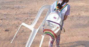 Chaco   Miraflores, una mamá indignada porque su hija tiene que llevar su silla a la escuela para poder estudiar